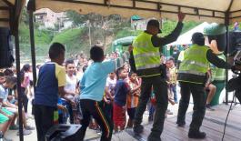 Recreación por parte de Policías en comuna 13 de Medellín
