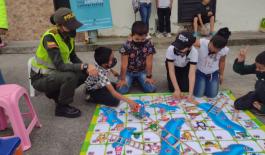 Auxiliares de policía y niños de la cívica juvenil llegan a cada parque de la ciudad