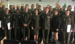 grupo de uniformados graduados de armeros
