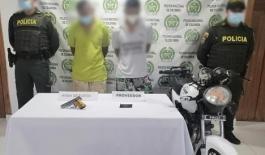 Los sujetos se movilizaban en una motocicleta portando un arma de fuego tipo pistola con munición.