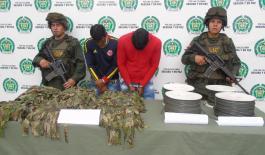 dos-hombres-capturados-con-cordon-detonante-y-uniformes-militares