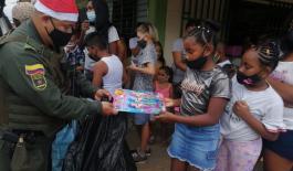 Policiía_comunitaria_entrega_regalos_a_niños_niñas_en_epoca_navideña