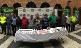 Policías custodian a capturados del grupo delincuencial 'los adobe' de Envigado Antioquia