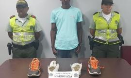 Ciudadano es capturado en el aeropuerto al pretender ingresar marihuana dentro de sus zapatos.