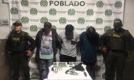 Policías custodian dos capturados con armas ilegales en el barrio El Poblado de Medellín