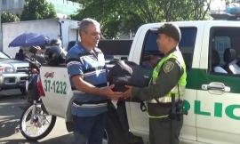 Con labores de perifoneo policía que halló dinero y elementos los regresó a su propietario