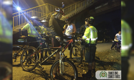 Policías entregan recomendaciones a usuarios de bicicletas en Medellín