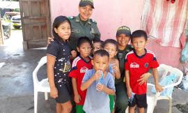 Patrullera ayuda con alegría a los niños
