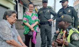 El policía soñador que le canta al amor