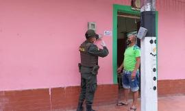 policia_en_el_carmen_de_nazaret_realiza_entrega_de_stickers_sobre_el_uso_obligatorio_del_tapabocas