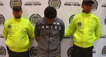 Policías de la Sijin en Medellín custodian capturado por orden judicial