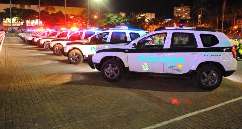 vehículos policiales en un parqueadero