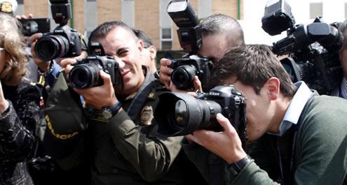 fotografía donde se ven unos policías tomando fotos