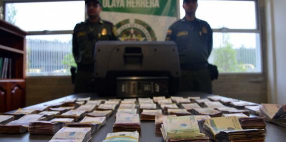 Policías custodian dinero incautado luego de controles en el aeropuerto de Medellín