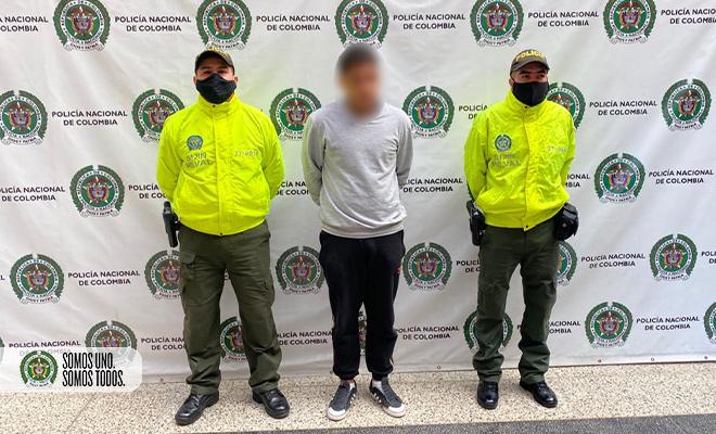 Policías custodian a sujeto capturado por hurto mediante fleteo en Medellín