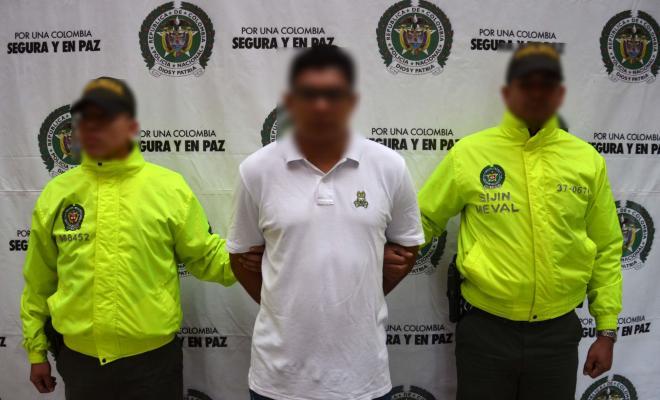 Policías de la Sijin custodian a capturado de banda delincuencial de Medellín
