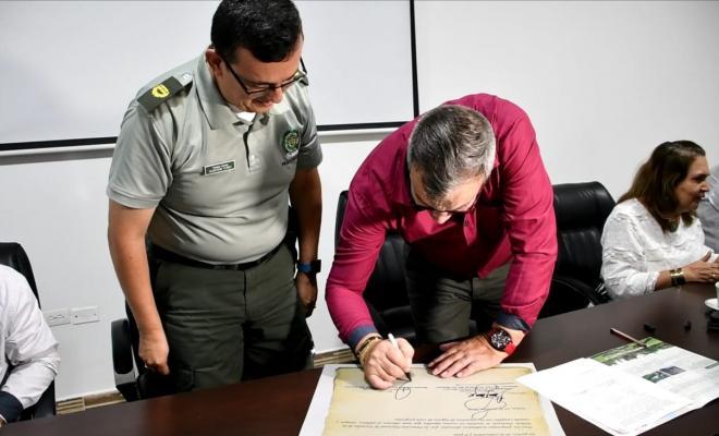 Rector de la UCEVA firma convenio con la ESBOL