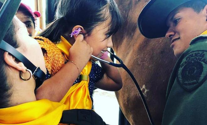nina_escuchando_el_corazon_de_un_caballo