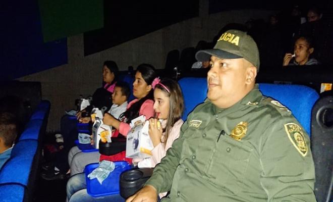 60 niños van a cine por primera vez