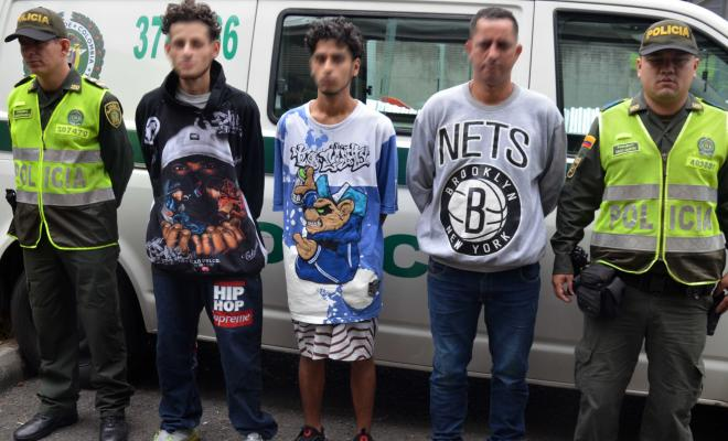 Policías custodian tres capturados a quienes les incautaron dos armas de fuego