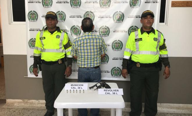 Polic a captur a dos personas por el delito de porte for Interior y policia porte y tenencia