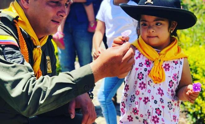 Policía entrega una flor a esta hermosa niña