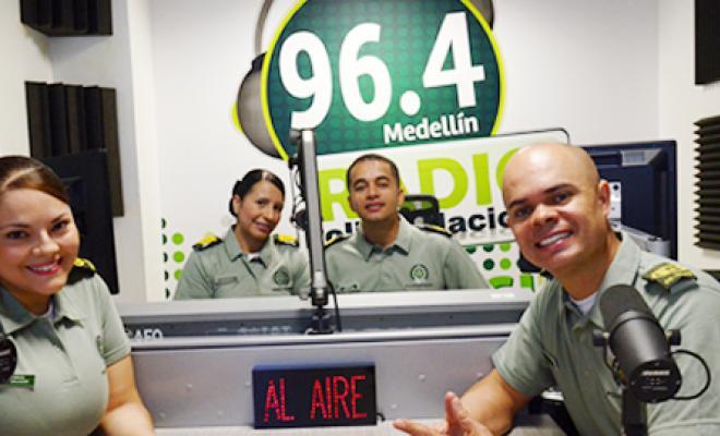 La radio polic a 96 4 fm est de aniversario polic a for Oficina policia nacional